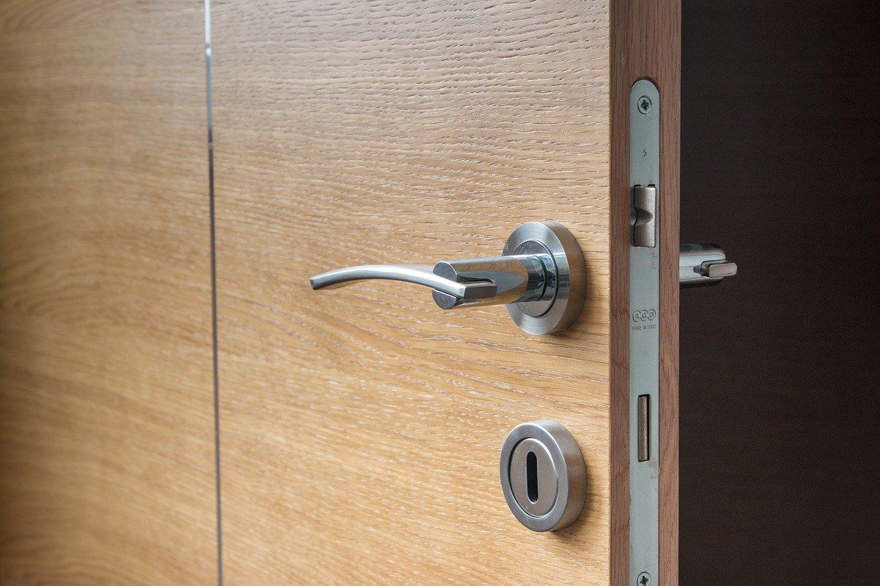 Quelle poignée pour une porte en bois